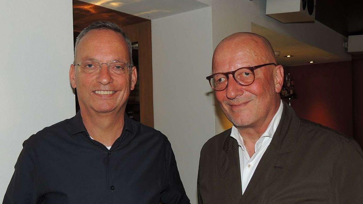 Roger de Weck (a dretta) ha quintà al moderatur Andri Franziscus da sia vita. (fotografia: Benedict Stecher)