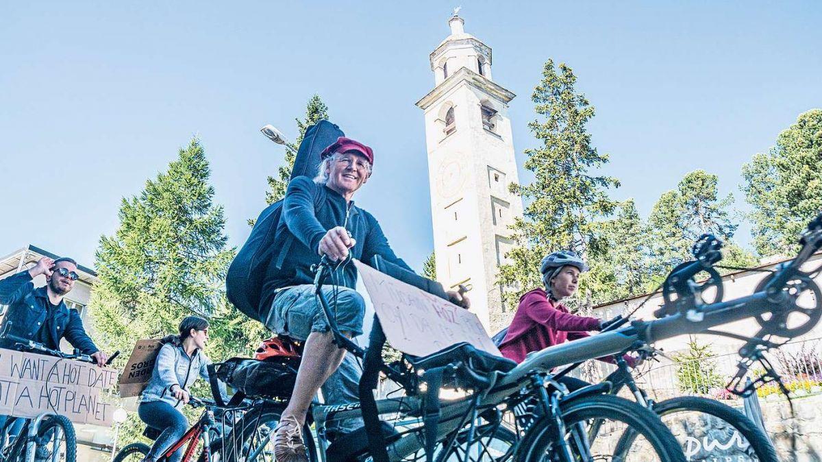 Liedermacher Linard Bardill im Pulk der Velo-Sternfahrt die am Freitag in St.Moritz-Dorf startete und in neun Etappen nach Bern an die Klima-Demo führt.. Foto: Jon Duschletta