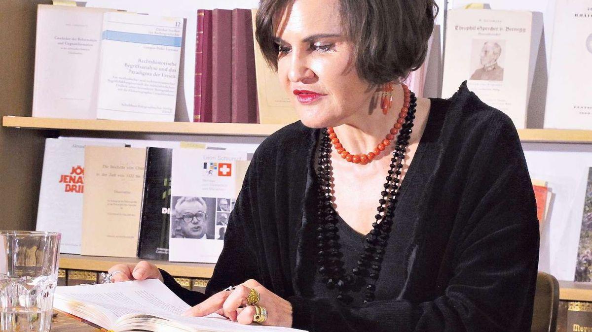 Hat nach «Granada Grischun» mit «Tod in Genua» ein zweites Buch geschrieben: Romana Ganzoni an der Buchtaufe in Chur. Foto: Elisabeth Bardill