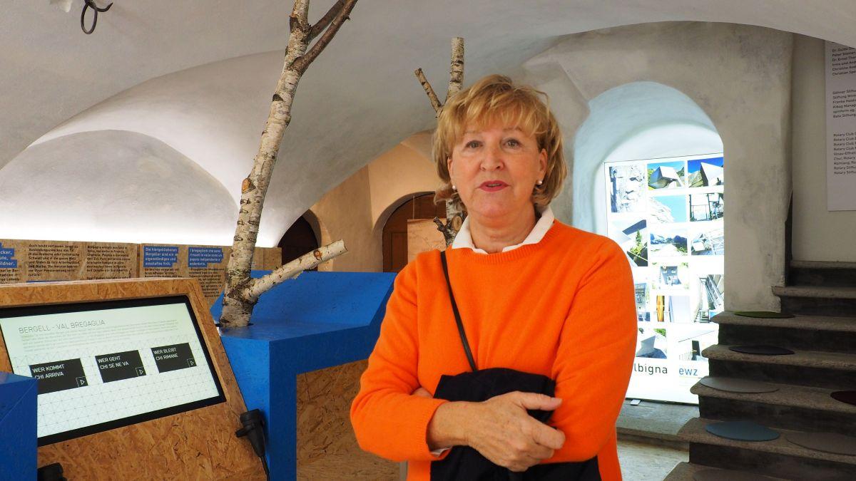 Barbara Tholen lädt alle ein, sich im neuen Infopoint auf das Bergell einzulassen.