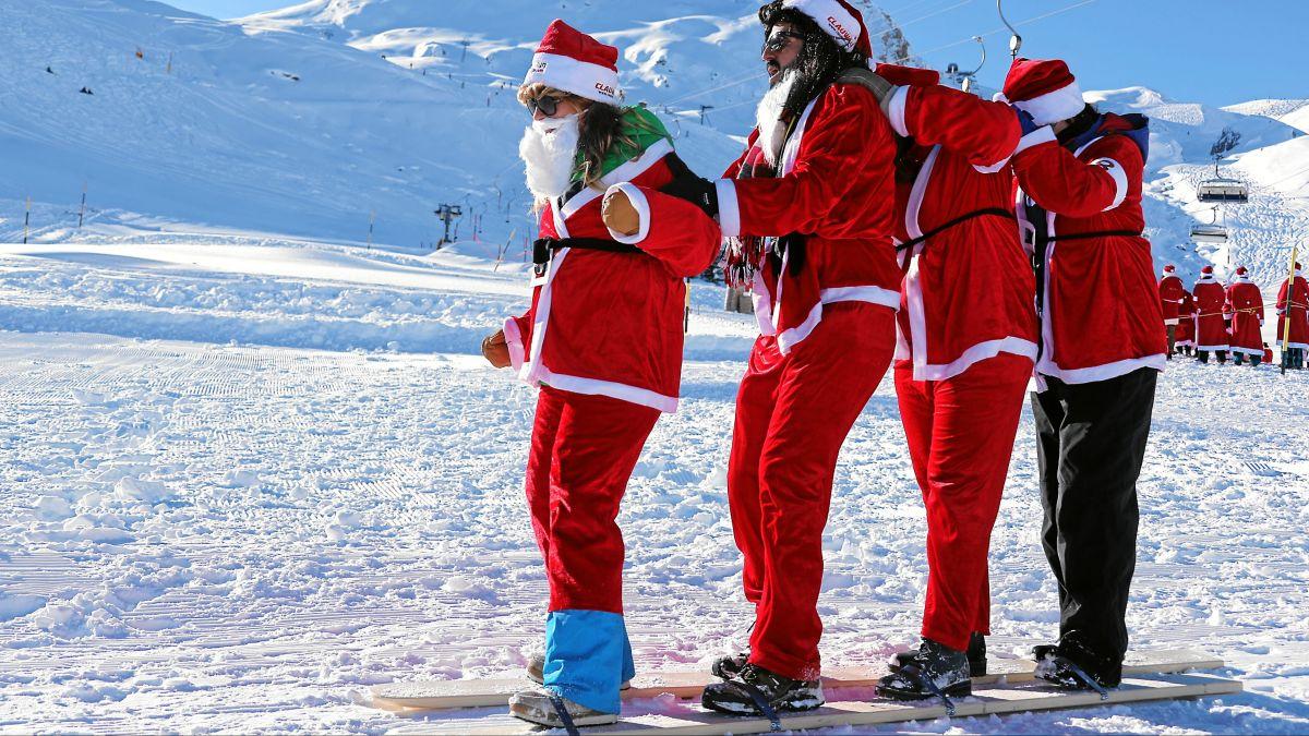 Ein Samichlaus muss vieles können, auch Skifahren im Team.