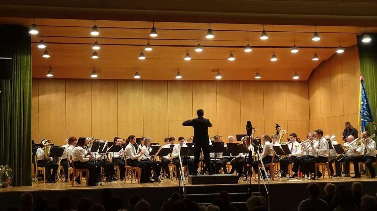 Die Musikgesellschaft St.Moritz mit dem italienischen Dirigenten Alessandro Pacco sorgte für viel Freude am Jahreskonzert (Foto: Not Janett).
