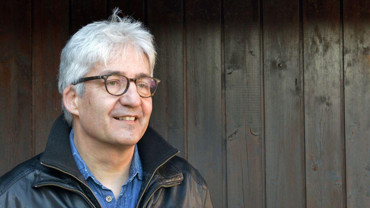 Schreiben ist für den gebürtigen Samedner Daniel Badraun eine Herzensangelegenheit. Foto: Markus Sidler