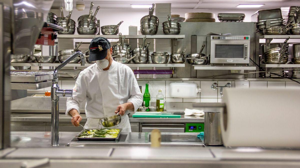 In der Küche des Hotels Laudinella ist Platzmangel ein Fremdwort. Foto: Tina Moser