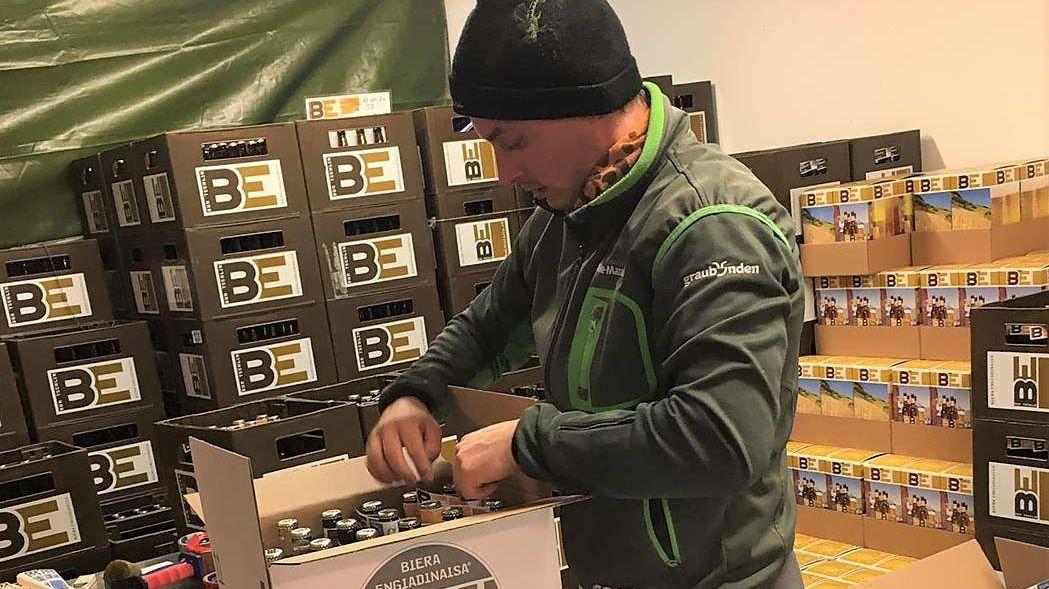 Il giarsun da la Bieraria Tschlin SA, Severin Dietrich, prepara üna postaziun «uossa pür inandret» (fotografia: mad).