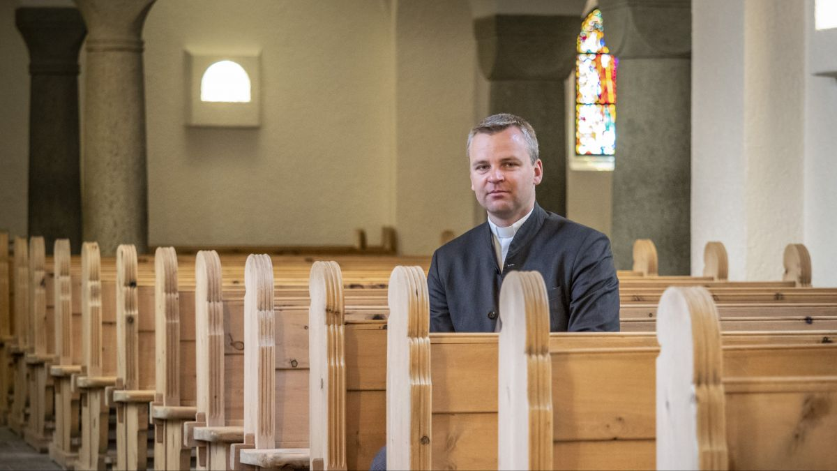 Dem katholischen Pfarrer Audrius Micka von St.Moritz fällt es schwer, derzeit alleine in der leeren Mauritiuskirche die Messe feiern zu müssen. Besonders an Ostern, dem wichtigsten Fest der Christenheit. Er fordert die Mitglieder auf, trotz schwieriger Z