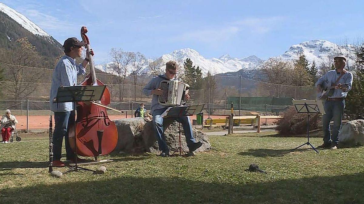 Il Trio Giarsun ho suno davaunt la Chesa d'attempos Promulins a Samedan (fotografia: RTR).