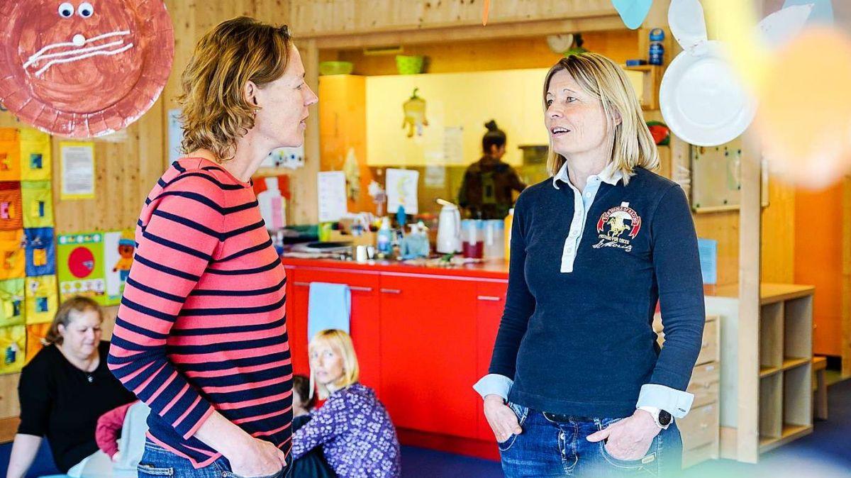 KiBE-Geschäftsleiterin Alice Bisaz (vorne links) im Gespräch mit der Leiterin der St.Moritzer Kinderkrippe «Muntanella», Brigit Ferrari. Foto: Jon Duschletta