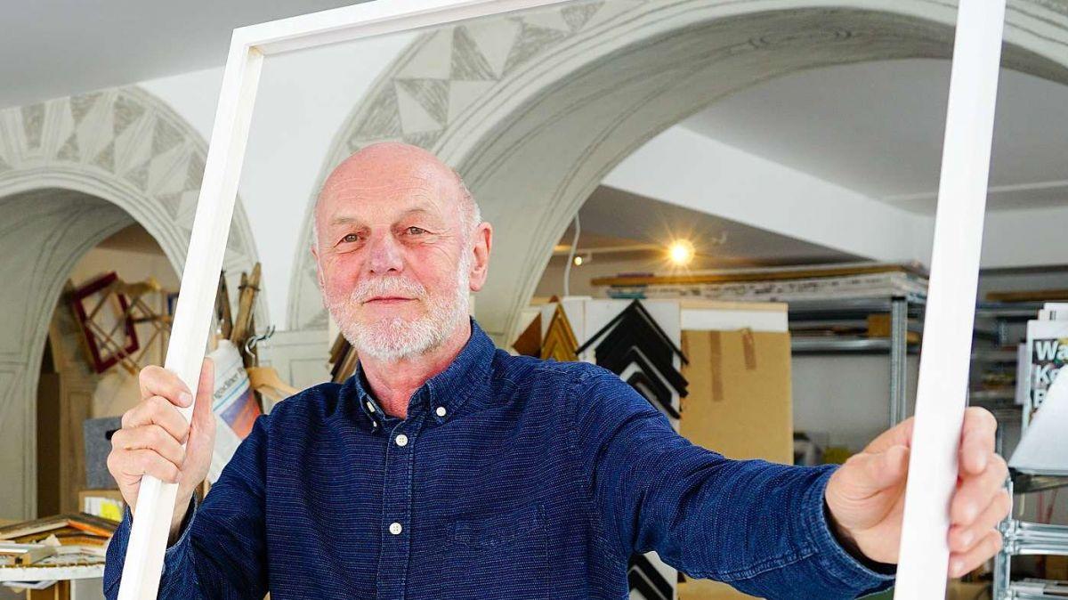 Alf Bolt lebt von und für die Kunst, sei es als professioneller Bilderrahmenmacher und Kalligraph oder auch als Designer und Kunstvermittler. Fotos: Jon Duschletta