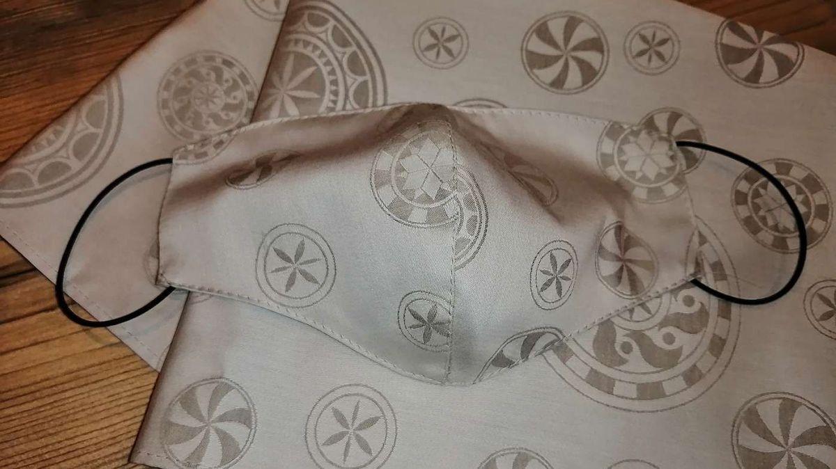 La mascra d'igiena «Burtel», il nouv prodot da la marca «Sgrafits Engiadinais» (fotografia: mad)