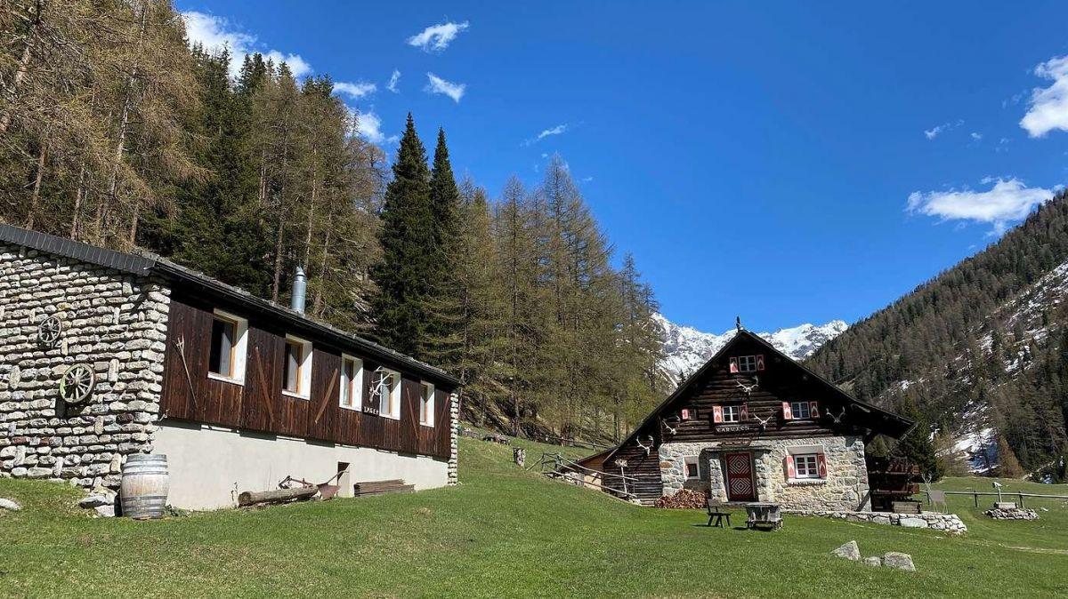 La Chamanna Varusch cul stabel per colonias as rechatta a l'entreda dal Parc Naziunel Svizzer ourasom la Val Trupchun (fotografia: Gian Rico Blumenthal).