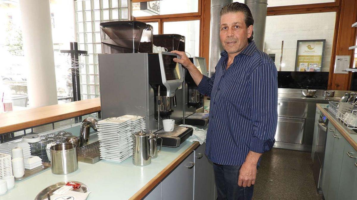 Cun sentimaints ambivalents ha drivi Peder Benderer seis cafè a Scuol (fotografia: Annatina Filli).