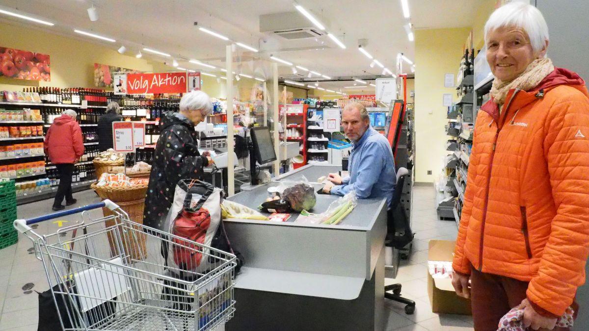 Elisabeth Laichinger (rechts) und Thomas Strittmatter (an der Kasse) haben den Senioren-Einkauf ins Leben gerufen.