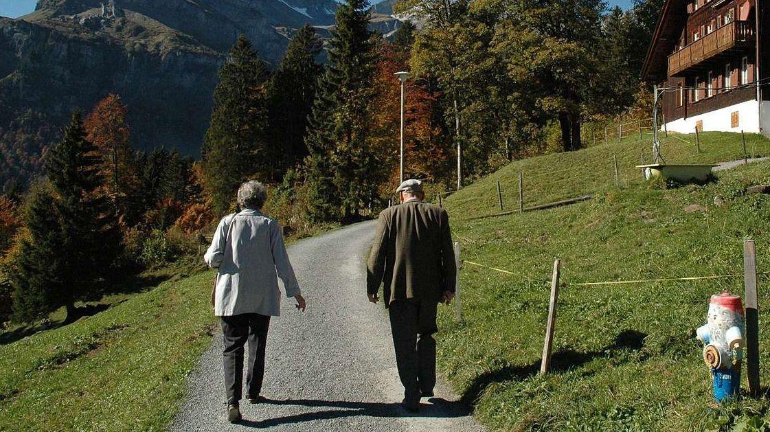 Cun resguardar las prescripziuns da-chan eir seniors darcheu ir da cumpagnia a spass (fotografia: mad)