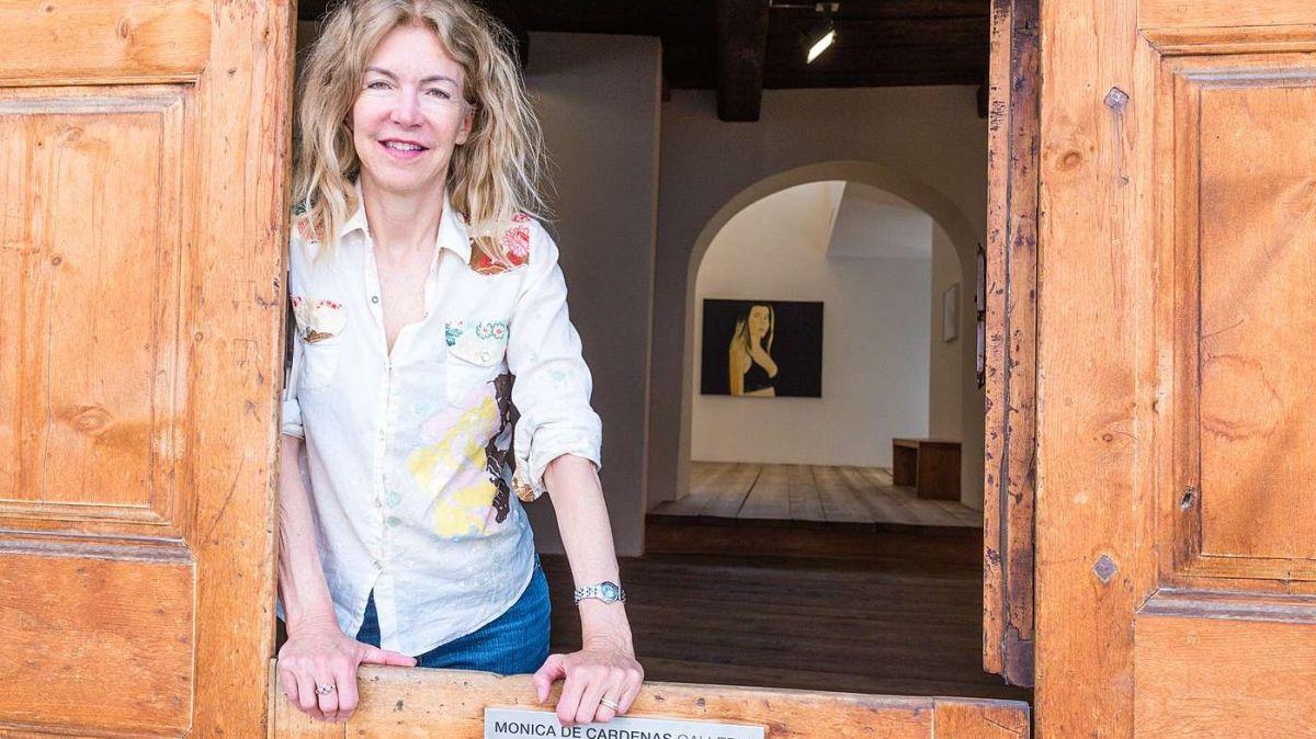 Monica De Cardenas am Eingang ihrer gleichnamigen Galerie in der Chesa Albertini in Zuoz. Foto: Jon Duschletta