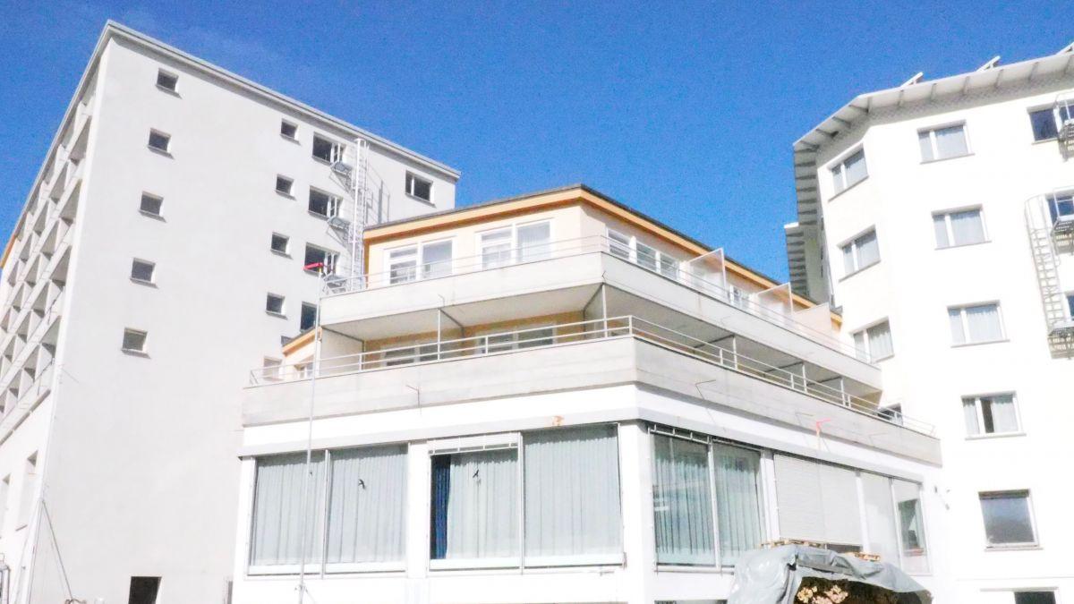 Blick von hinten auf den Mitteltrakt des Hotels Laudinalla mit den Gebäudeflügeln Metropol (links) und Speckertrakt (rechts).