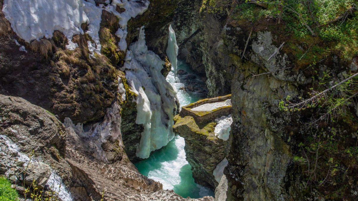 Die alte Aussichtskanzel in der Berninabach-Schlucht kommt unter der Schneedecke zum Vorschein. Foto: Tina Moser