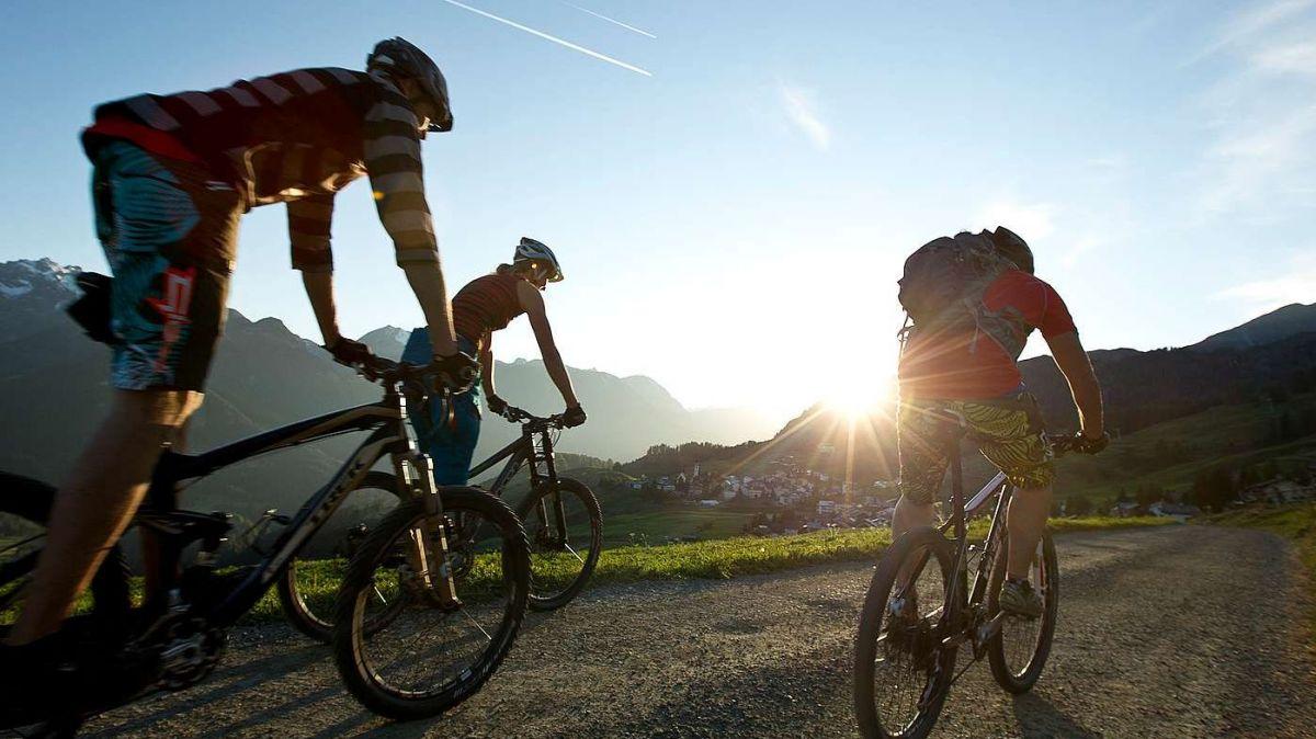 Il traget alternativ dal Bike Maraton intuorn il Parc Naziunal Svizzer maina da Scuol sü vers Ftan ed inavant vers Zuoz (fotografia: Andrea Badrutt).