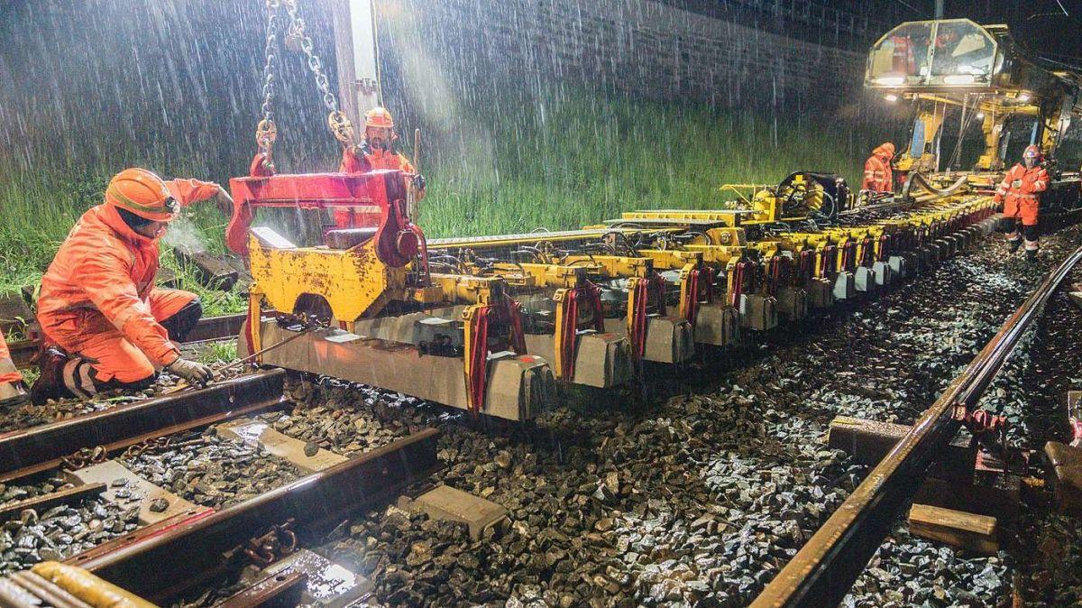 Impressionen einer ungemütlichen Nachtschicht im Gleisbau. Foto: Jon Duschletta