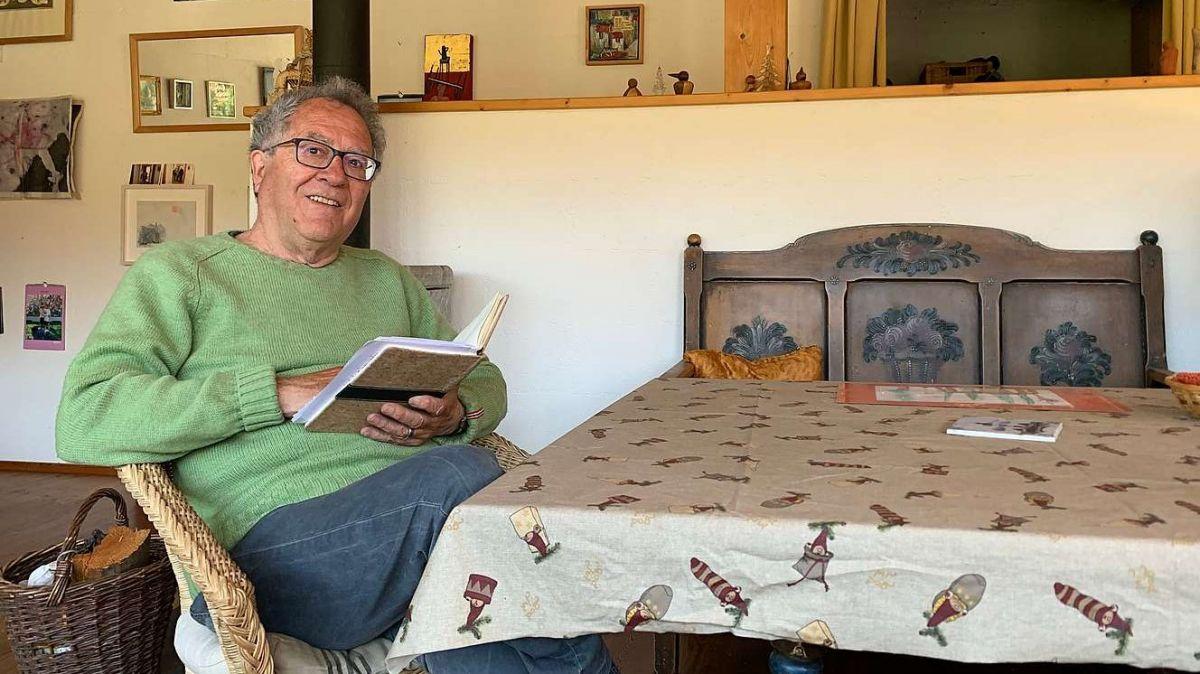 Romedi Arquint in sia stüva a Chapella (fotografia: Gianna Duschletta).