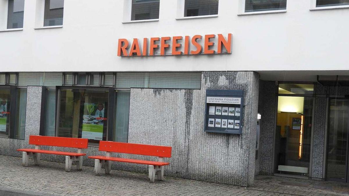 La filiala da la Banca Raiffeisen Engiadina Val Müstair a Scuol (fotografia: Annatina Filli).