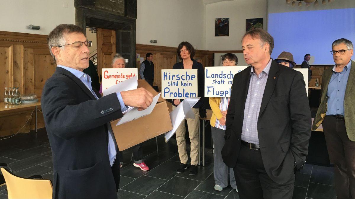 Übergabe der Flugplatzzaun-Petition an der Gemeindepräsidentenkonferenz. Foto: Jon Duschletta