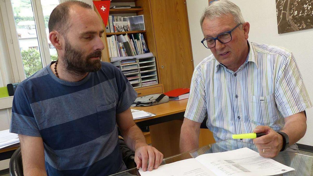 Il contabel Michel Taisch (a schnestra) ed il capo cumünal Christian Fanzun preschaintan il rendaquint 2019 dal cumün da Scuol (fotografia: Flurin Andry).