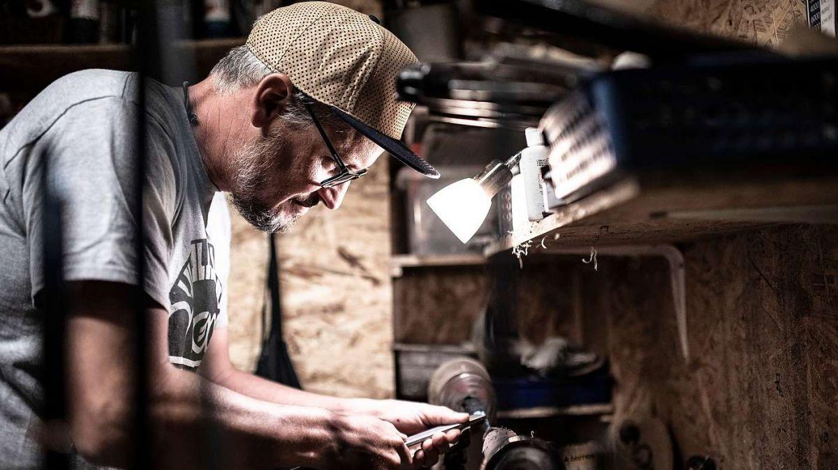 In seiner Werkstatt in Scuol baut Renato Vitalini die Edelruten in liebevoller Handarbeit zusammen. Diese werden von Scuol aus weltweit exportiert (Foto: Mayk Wendt)