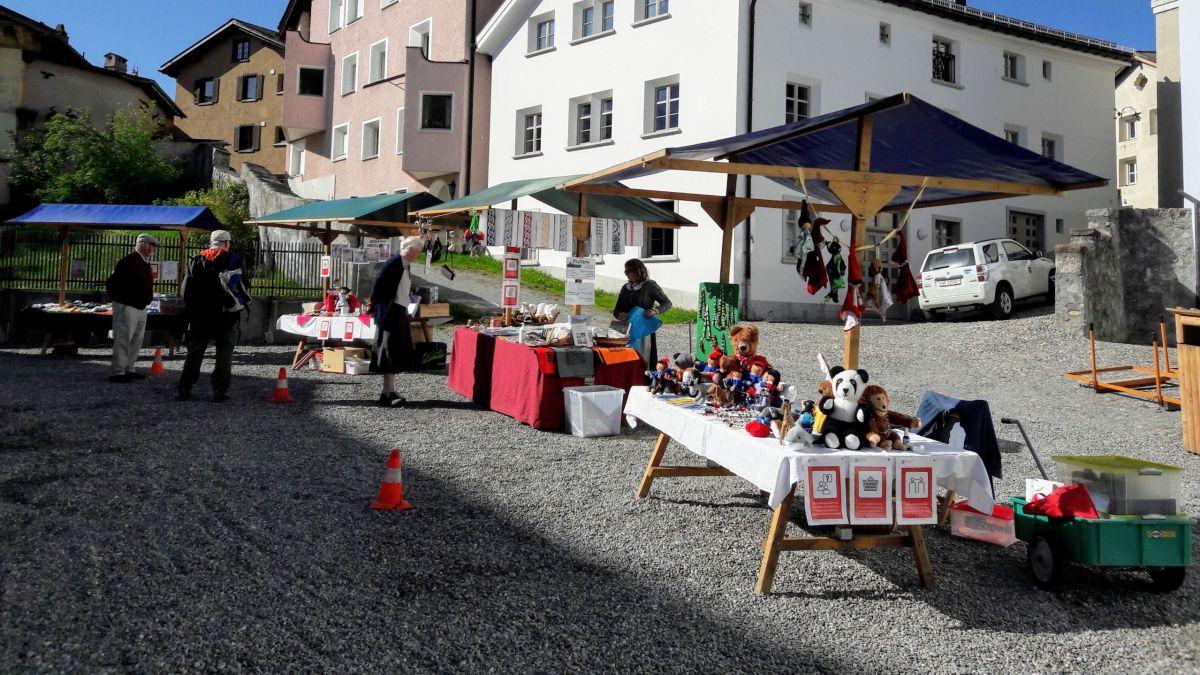Seit dieser Saison findet der Wochenmarkt auf dem Platz vor der Chesa Planta statt.Foto: Baldina Cantieni Kobi