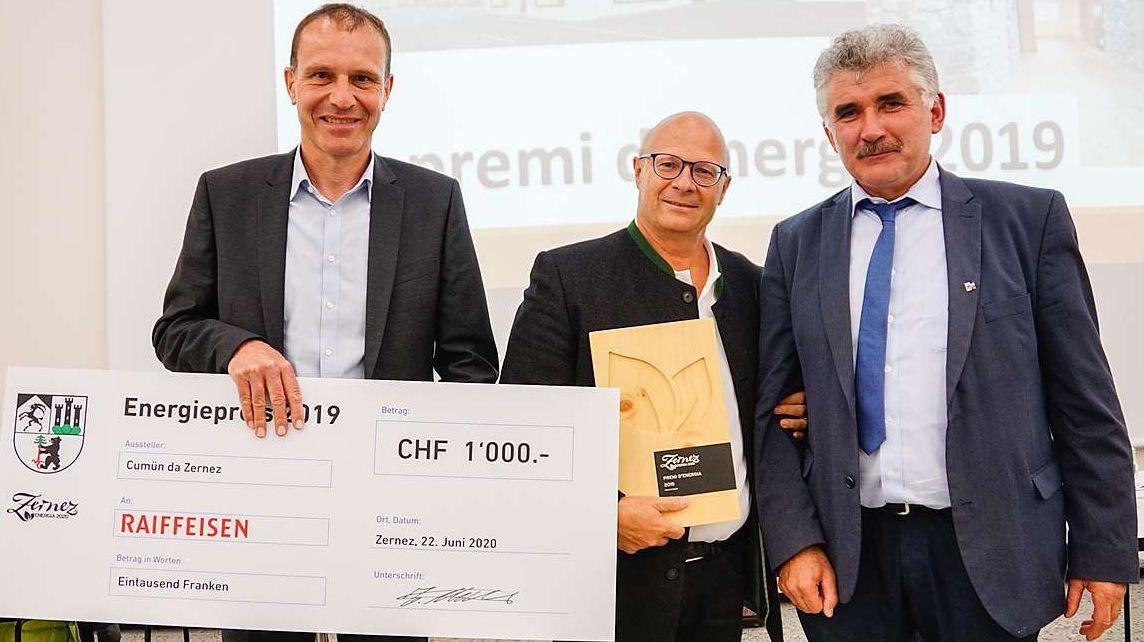 Da schnestra: Thomas Malgiaritta ed Urs Reich (Banca Raiffeisen), Emil Müller (Zernez). fotografia: Jon Duschletta