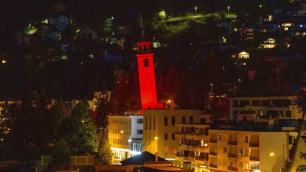Der Schiefe Turm von St. Moritz, eines der im Engadin angestrahlten Gebäude. Foto: Giancarlo Cattaneo