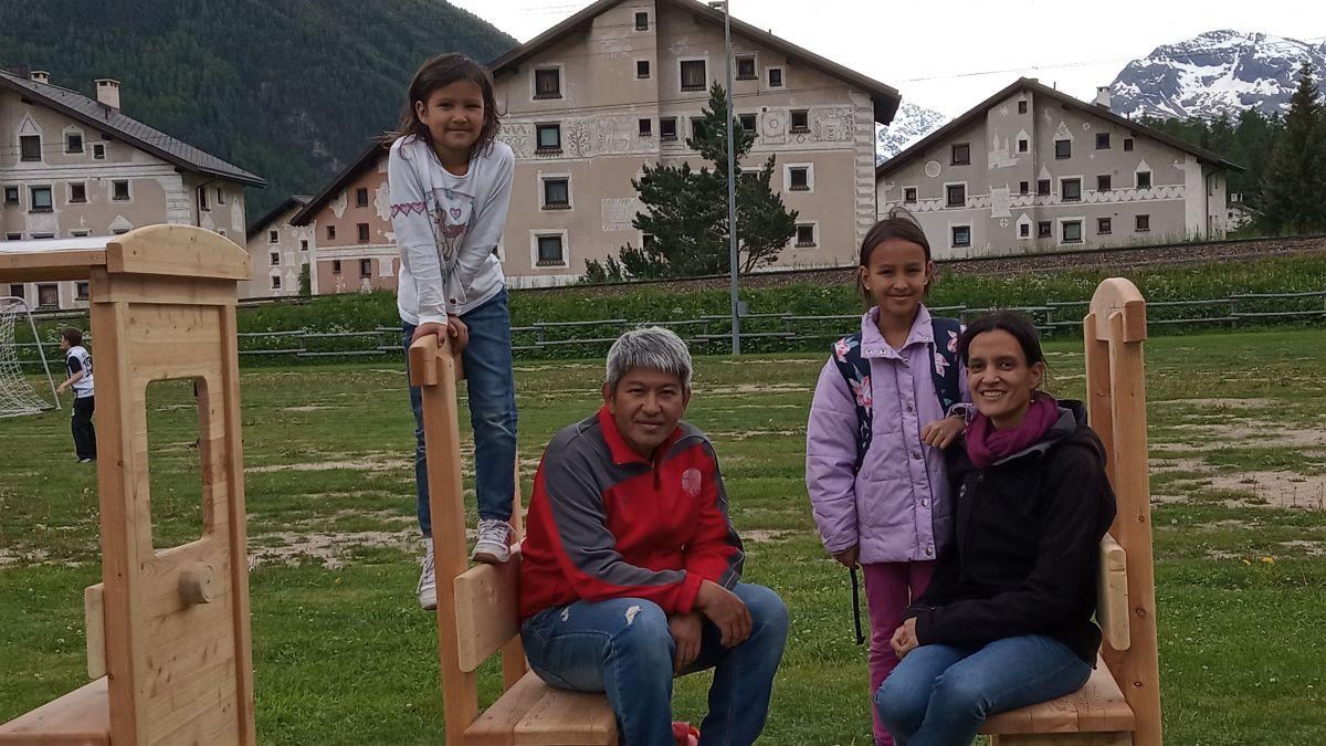 Familie Najai in ihrer neuen Heimat: Bever. Foto: z. Vfg.