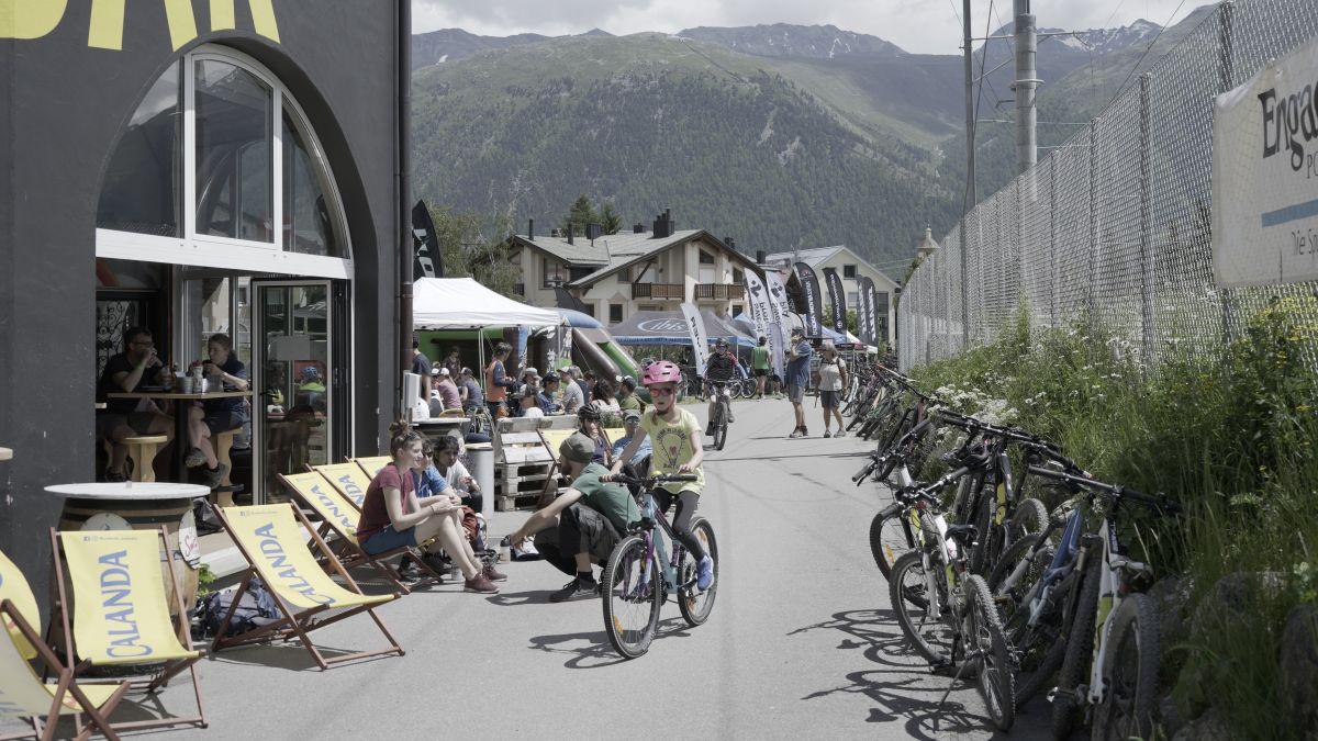 Das Bike-Spektakel lockte einige Besucher ins Engadin. Foto: Denise Kley