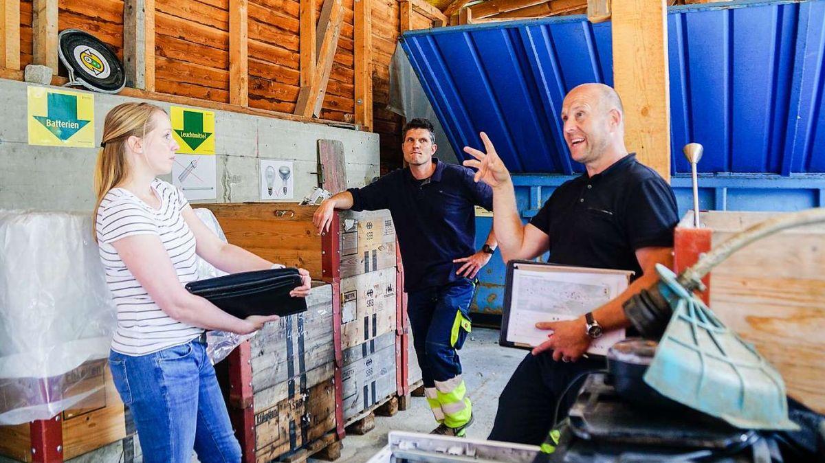 Jenny Kollmar, Leiterin der Geschäftsstelle der Region Maloja im Gespräch mit dem Pontresiner Werkmeister Marco Tuena und dem Recycling-Berater Roland Habermacher von Swiss Recycling (von links). Foto: Jon Duschletta