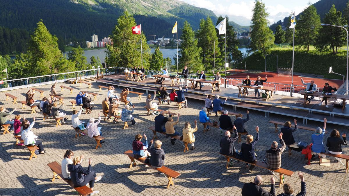 Nicht dicht an dicht, sondern auf locker gestuhlten Bänken sassen die St. Moritzer Bürgerinnen und Bürger am 30. Juni beinander.