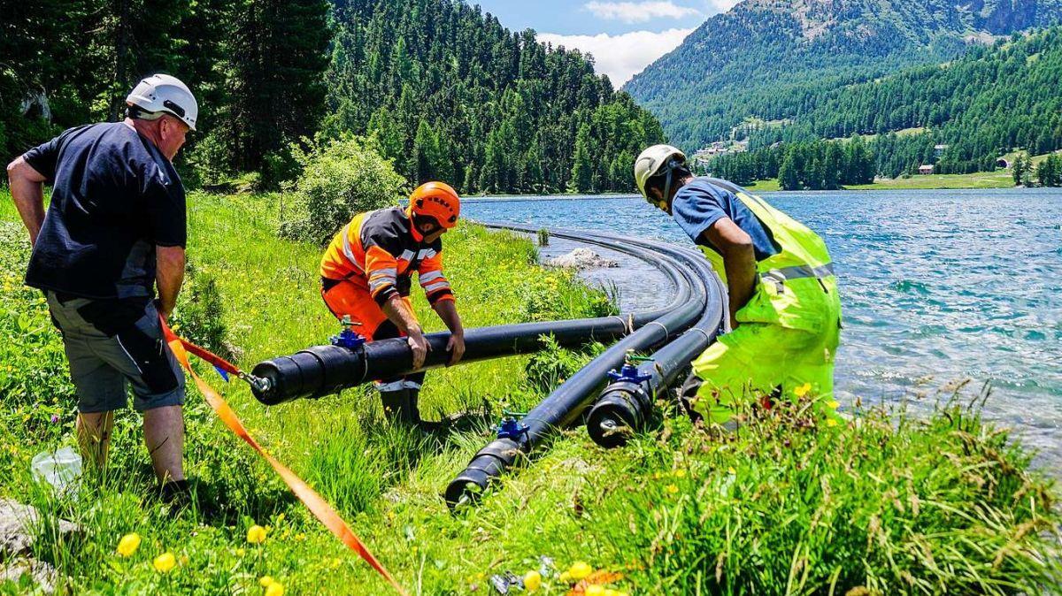 Mitarbeiter von Repower und des Kabellieferanten Brugg Cables hieven die Kabelrohre kurzzeitig aus dem Wasser, um Ventile zum Ausgleich des Wasserdrucks fertig zu montieren. Dieser Teil der Rohre kommt später in einem Kabelschacht am Seeufer zu liegen. Fo