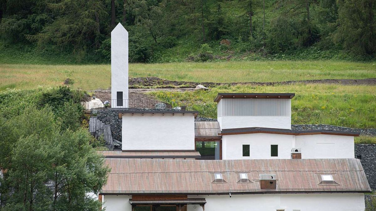 Der neue Marmorturm von Not Vital im Ensemble des Muzeum Susch. Foto: Mayk Wendt