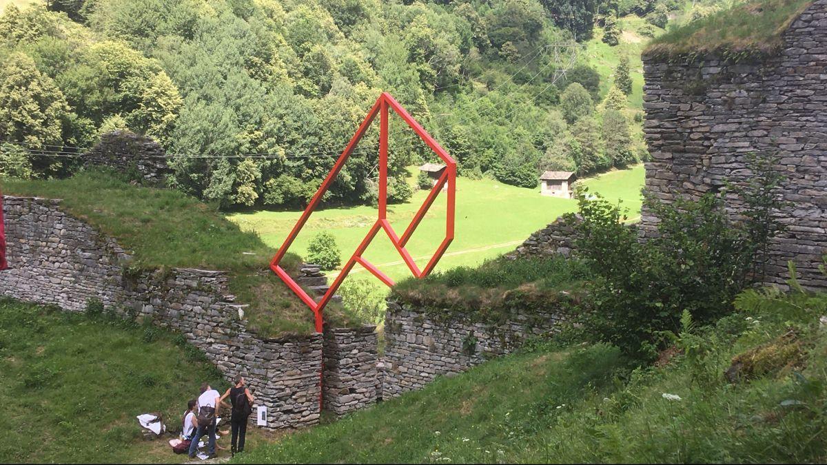 Alex Dorici hat seinen Arco geometrico auf die Öffnung zwischen den Festungsmauern von Lan Müraia platziert.