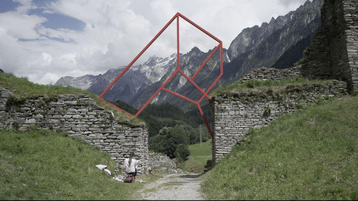 Die Kunstinstallation von Alex Dorici an der alten Toranlage der Zollstation erinnert an die territorialen und kulturellen Grenzen im Bergell. Fotos: Denise Kley