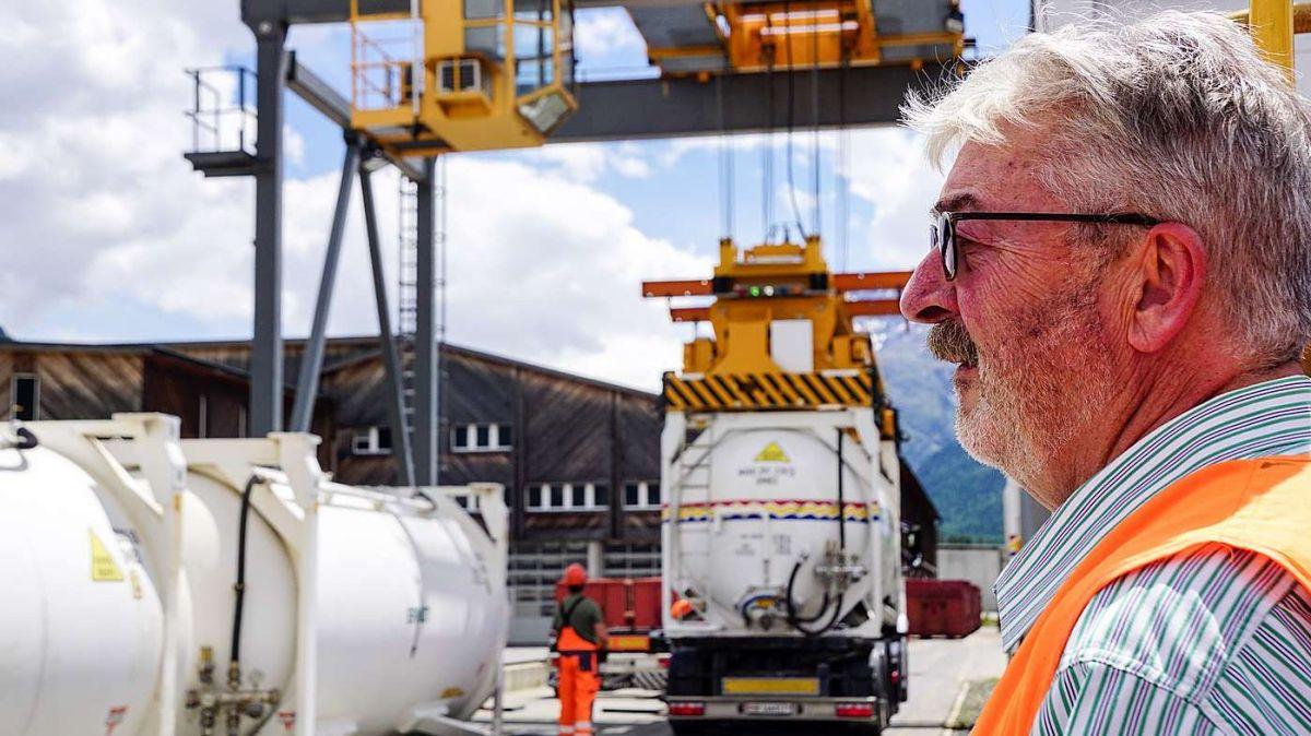 Flurin Wieser, Geschäftsführer der Montebello AG, im Samedner Güterumschlagzentrum GUZO. Im Hintergrund werden Zementsilos umgeladen. Foto: Jon Duschletta