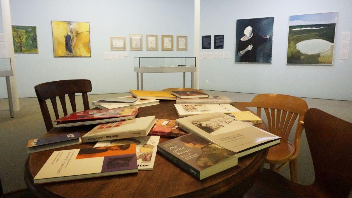 Die Ausstellung macht Lust auf mehr: Zahlreiche Bücher von und über die Protagonistinnen laden zur Lektüre ein.