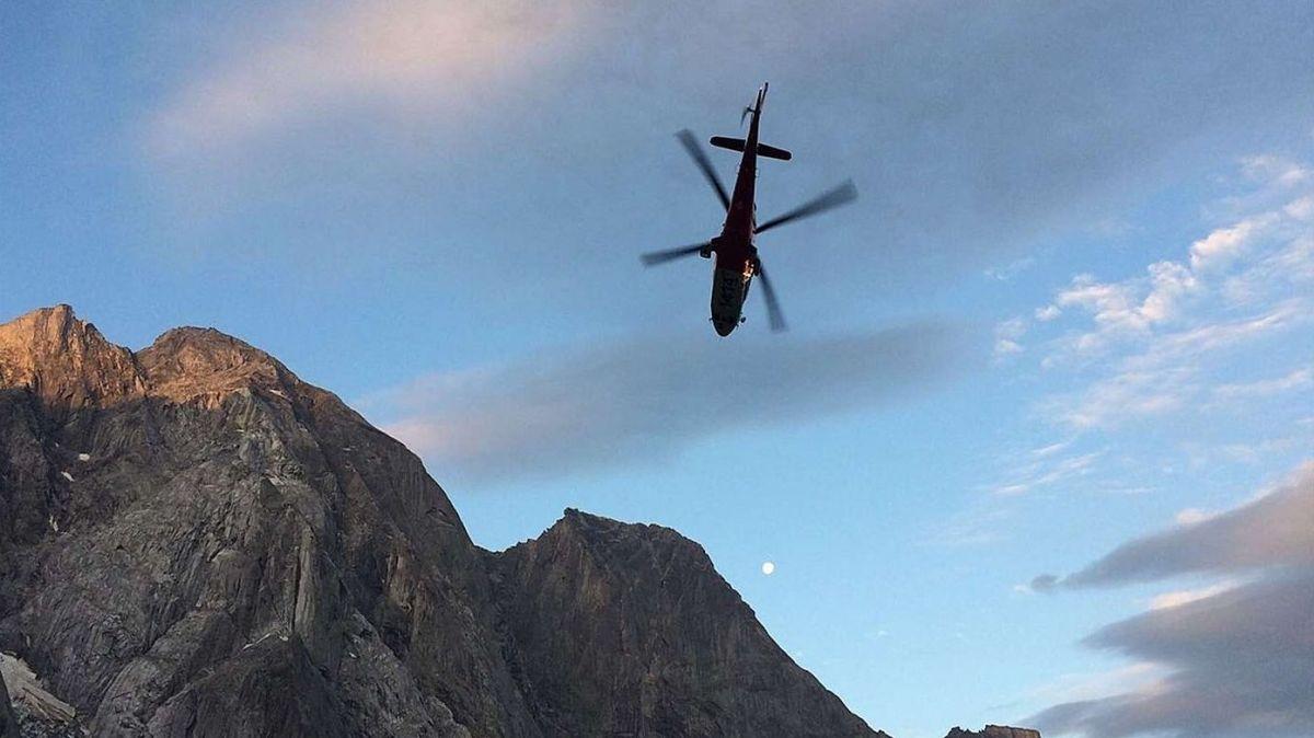Der Rega-Helikopter im Flug (Foto: Kantonspolizei Graubünden).