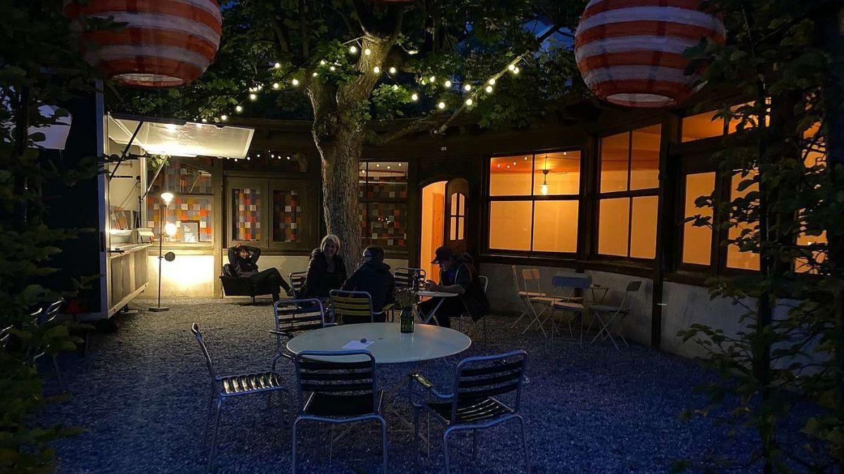 L'atmosfera speciala illa bar i'l üertin dal Hotel Lischana invida da star pachific e giodair il mumaint (fotografia: Nicolo Bass).