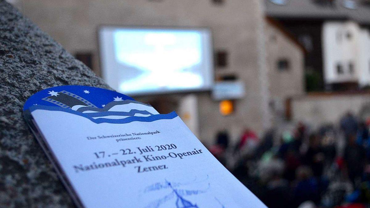 Adonta dal coronavirus han ils respunsabels decis da manar tras il Kino-Openair dal Parc Naziunal Svizzer a Zernez illa cuort dal chastè (fotografia: Jan Schlatter).