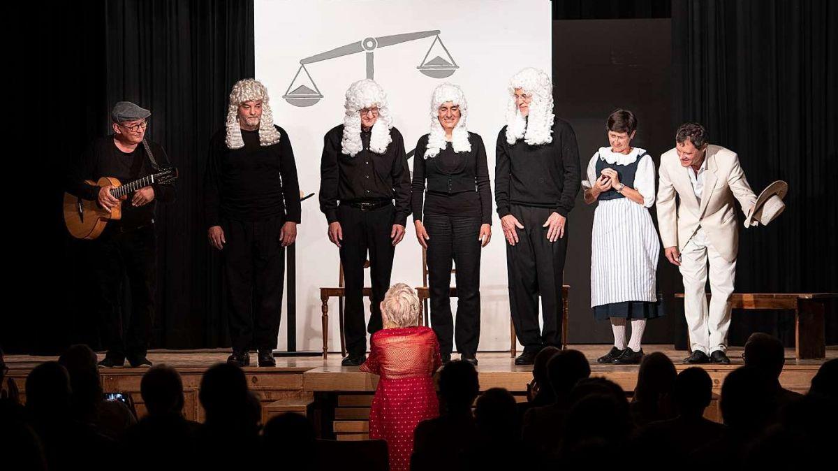 La squadra da teater survain üna standing ovation dad Angelica Biert (mità) (fotografia: Mayk Wendt).