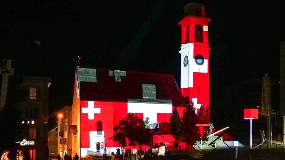 Beleuchtete Pontresiner Kirche San Niculò. Foto: Jon Duschletta