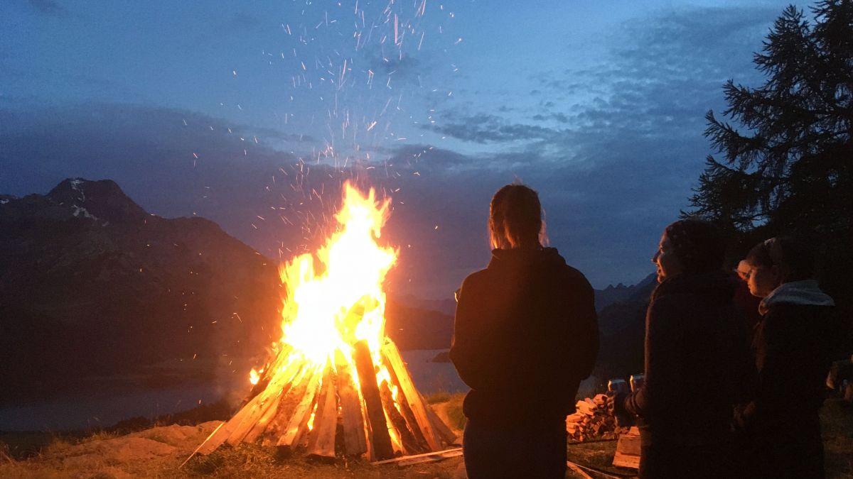 Höhenfeuer auf Plaz oberhalb von Sils Baselgia. Foto: Marie-Claire Jur