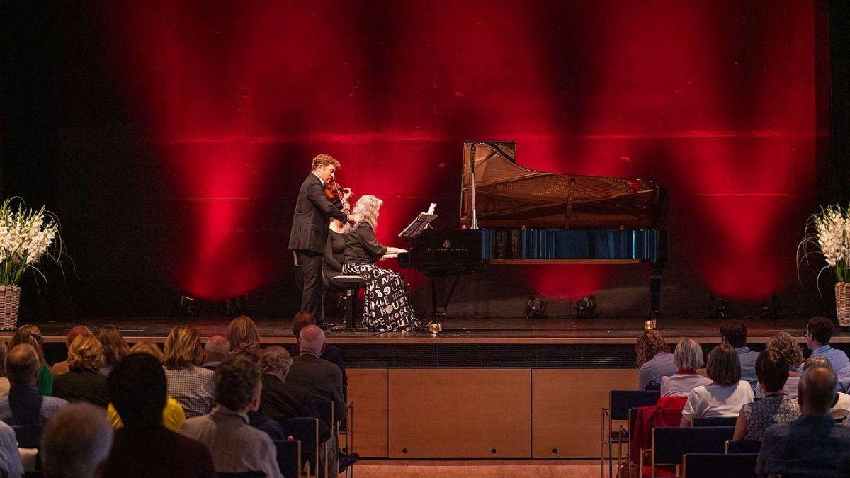Pianistin Martha Argerich und Geiger Renaud Capuçon begeisterten das Publikum zum Auftakt des Engadin Festivals. Foto: Quim Vilar