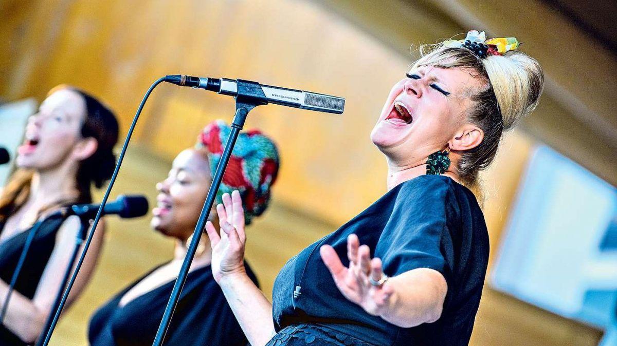 Die Schweizer Soul-Queen Nicole Bernegger und ihre beiden Backgroundsängerinnen Nza Smith und Steffi Klär (von links nach rechts) während des Konzerts im St.Moritzer Kulm Country Club. Foto: fotoswiss.com/Giancarlo Cattaneo