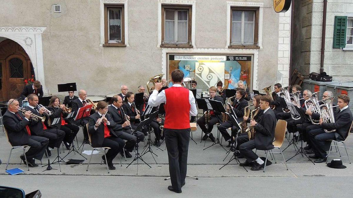 La Società da musica Sent cul dirigent Bastian Janett s'ha preschantada in occasiun dal concert sün Plaz (fotografia: Benedict Stecher).